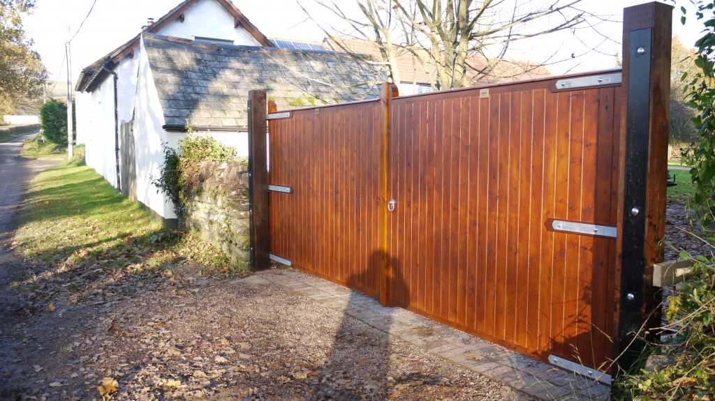 Redwood Driveway Gates - The Wooden Workshop Oakford Devon